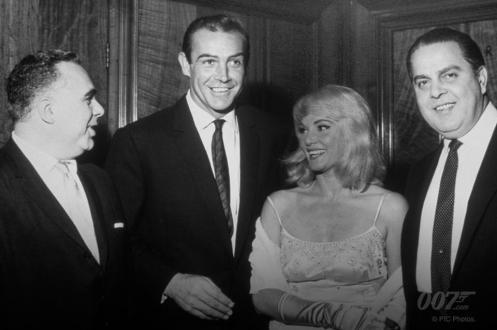 """Harry Saltzman, Sean Connery, Diane Cilento et Albert R. """"Cubby"""" Broccoli à l'avant-première de Bons Baisers de Russie le 10 octobre 1963,"""