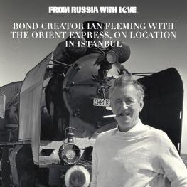 Ian Fleming, le créateur de James Bond, sur les lieux du tournage à Istanbul devant l'Orient Express