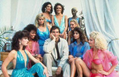 Quand on voit cette photo, comment imaginer que ce Bond ne comporte que 2 James Bond Girls ?