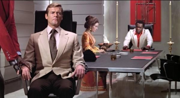 """""""Je n'apprécie pas que vous ayez choisi de suivre Bond Mademoiselle""""."""
