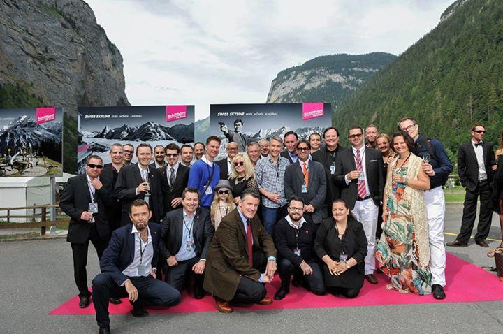 Ci-dessus le Club James Bond Suisse qui a contribué à l'inauguration et pose fièrement à Murren (crédit photo : Markus Hartmann)