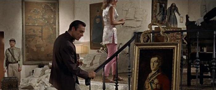 Bond observe le « Portrait du Duc de Wellington » de Goya dans le repaire du Docteur No.