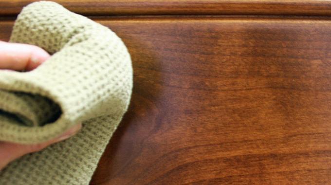 LAstuce Surprenante Pour Nettoyer Facilement une Table en Bois