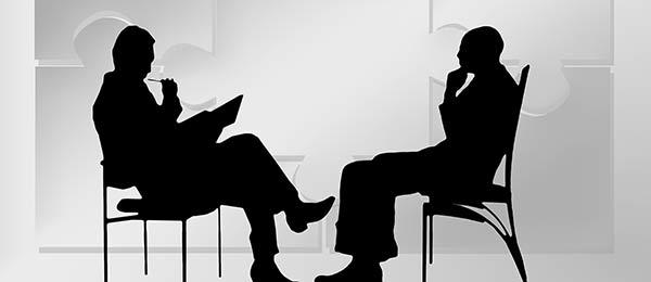 Discussion lors de l'entretien préalable d'une consultation en hypnothérapie pour déterminer avec le patient les points de frictions de sa vie ou les aspects qu'il souhaite améliorer, par exemple le stress, la dépression ou l'anxiété.