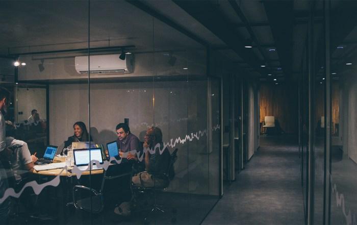Team arbeitet spät Potenzialanalyse für Venture Capital