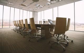 Leeres Konferenztisch commma Führung nach Home Office