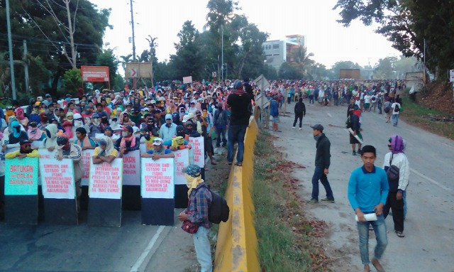 After an especially intense El Nino created a months-long drought and the local government ignored their plight, farmers and Indigenous people blockaded a highway to publicize their need for relief. (Photo: Pinoy Weekly)
