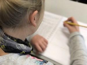 Leerling aan het werk met het oefenboekje van Communicatie is Alles