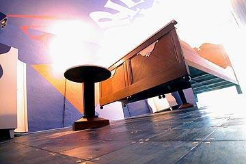 habitacion flying bed hotel propeller island city lodge