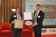 Moncalieri (TO), 29.09.2014 - Il Presidente di IREF Italia, Mirco Comparini, consegna il Premio Nazionale Valori Iref Italia al Dott.Enrico Scroccaro, Field Service Manager di McDonald's