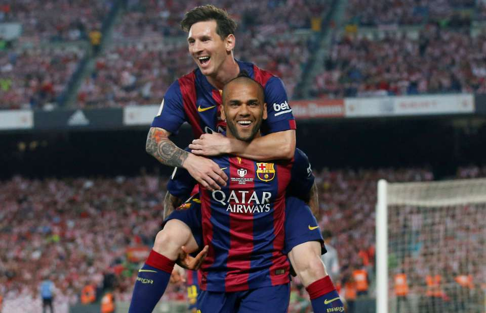 Dani Alves Urges Messi To Remain At Barcelona