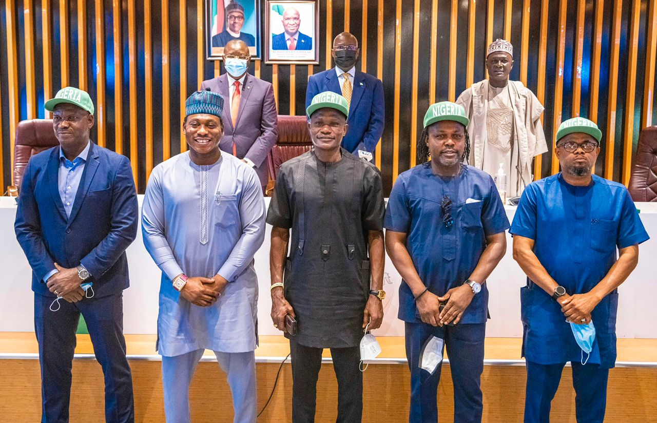 1994 Super Eagles Pay 'Thank You' Visits to Fashola, Dare Over House Rewards