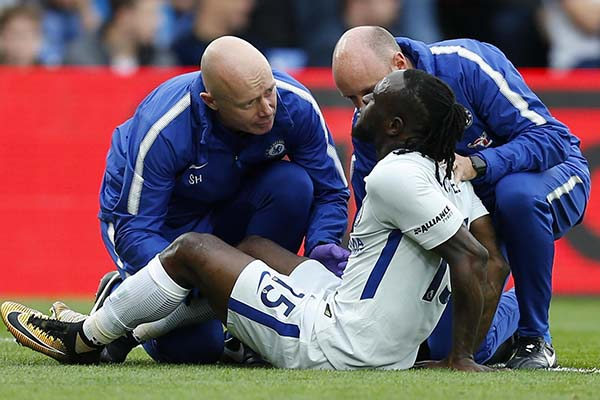 Moses Suffers Suspected Hamstring Injury In Chelsea Clash