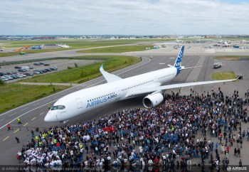A350_XWB_out_of_paint_shot_with_team 2