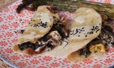 Tacos de col lombarda y pollo con salsa tártara de kombucha
