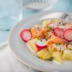 Ensalada de patata y salmón con kefir de cabra