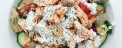 Ensalada de salmón a la plancha y salsa de yogur