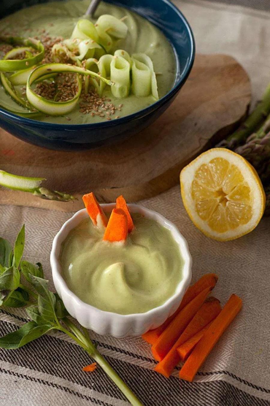 Crema fría de aguacate, kéfir y pepino