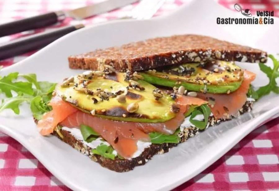 Sándwich de aguacate a la parrilla con salmón ahumado y kéfir