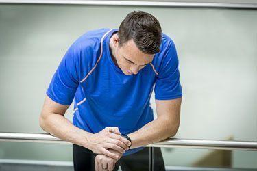 Chico entrenando con pulsera Garmin Vivosmart HR