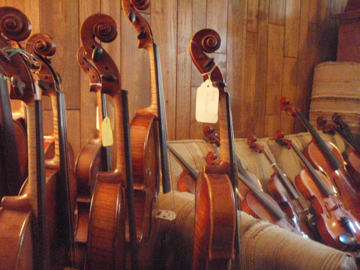 El profesor es la persona más adecuada para indicar qué características tiene que tener el instrumento que necesita el alumno. Pero de ahí a exigir al alumno que tenga un instrumento concreto comprado en una tienda determinada o a un vendedor y/o luthier concreto, hay un camino largo   Imagen: EJ Posselius - Flickr