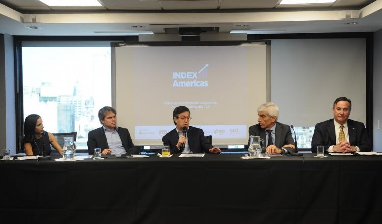 Luis Alberto Moreno (en el centro) presidente del BID