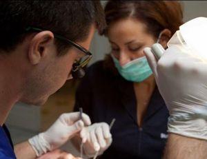 studiu-majoritatea-romanilor-isi-pierd-dintii-din-tinerete-poza-medic-parodontologstudiu-majoritatea-romanilor-isi-pierd-dintii-din-tinerete-poza-medic-parodontolog