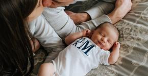parinti se saruta iar copilasul doarme