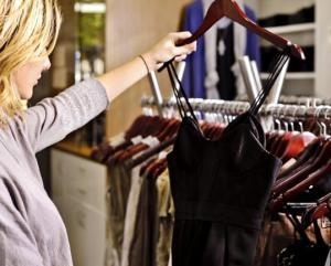 femeie la cumparaturi de haine