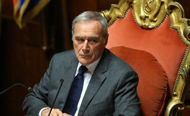 Il Pres. Pietro Grasso assegna un premio a Piano di Sorrento