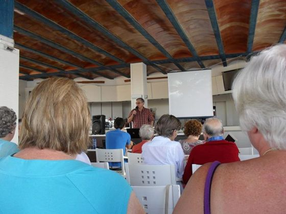 Dr. Ross Jutsum presentando la alabanza