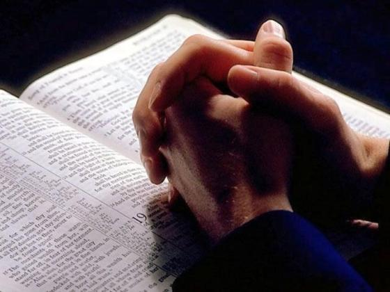 Biblia manos frente a la Biblia