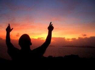 Mujer con manos levantadas