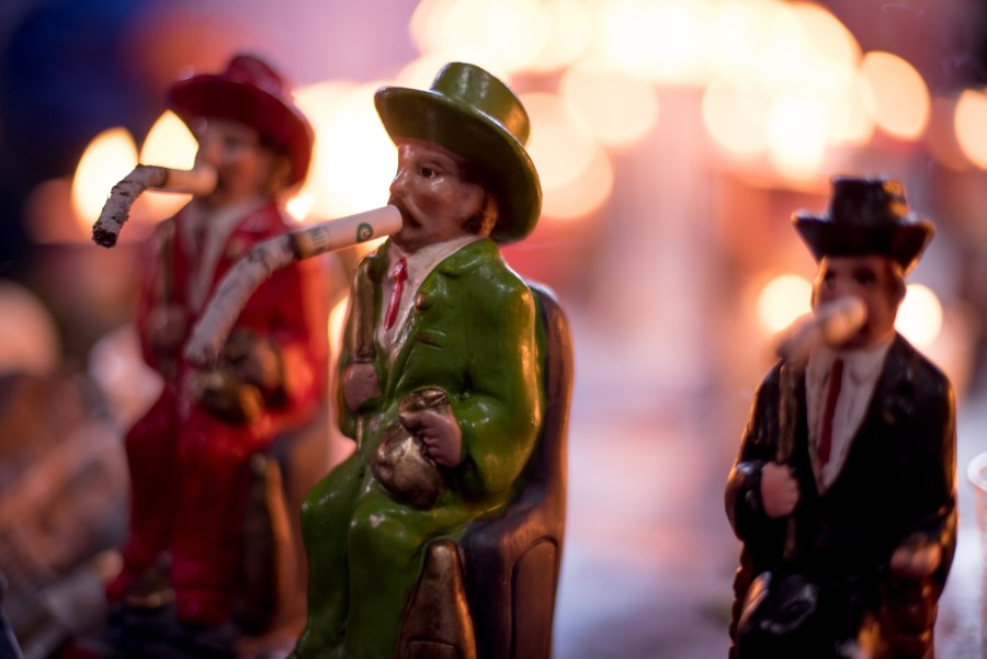 Small figurines of San Simón with cigarretes. Photo: Santiago Billy/Comvite