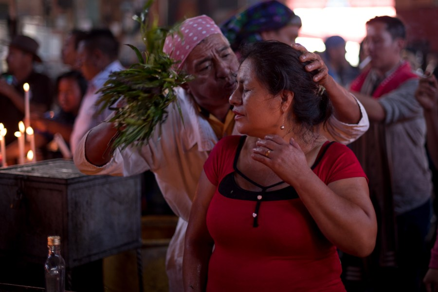 A man cleanses a woman using chilca leaves. Photo: Santiago Billy/Comvite