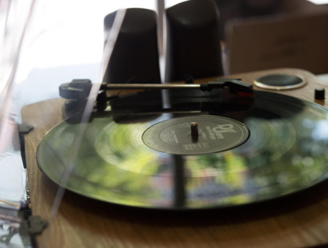 A record is about to be played on a turntable. Photo: Juan L. Toledo Wurmser/Comvite