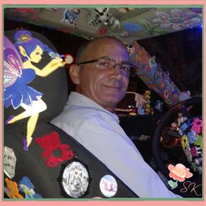 Rafael en su taxi, el taxista de los niños enfermos