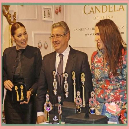 SIMOF 2014: Obsequio de Beatriz Reina a Raquel Revuelta acompañada de Ignacio Zoido, alcalde de Sevilla