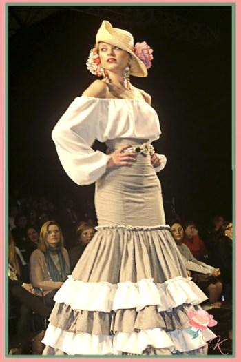 Pendientes y cinturón Candela de Reina, Beatriz Reina, a juego con vestido Patricia Bazarot en desfile SIMOF 2014