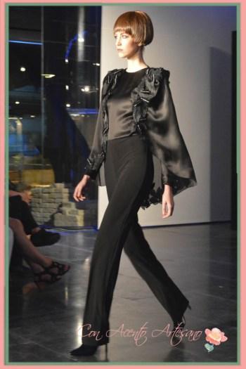 Pantalón y camisa con capa en negro de Fernando Claro en Pasarela del Sur 2014
