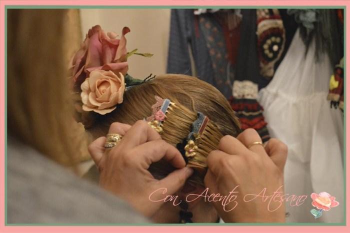Las manos de Nieves colocando peinecillos Raquel Teran en backstage