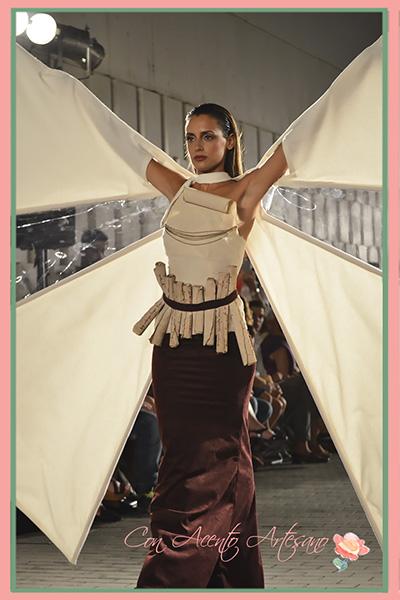 Vestido con molinos de viento de Laura Aguilera en 400 Cervantes: El hombre de moda