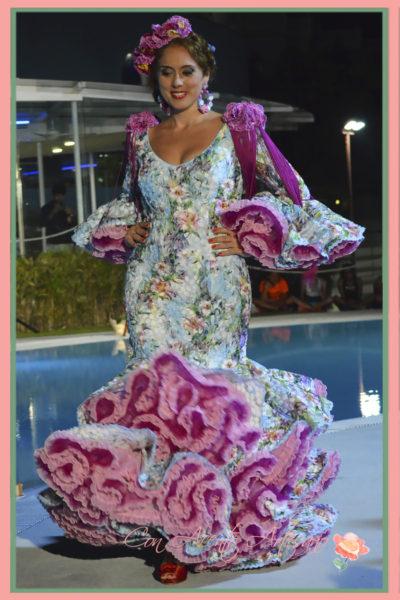 Vestido de flamenca estampado de flores en tonos turquesa y rosa de Melisa Lozano
