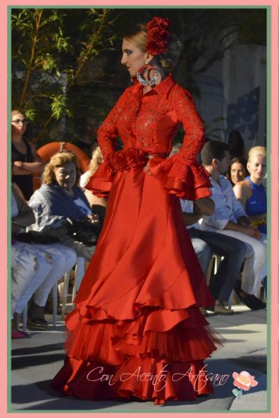 Traje flamenca rojo dos piezas con falda en evasé y nesgas de Melisa Lozano