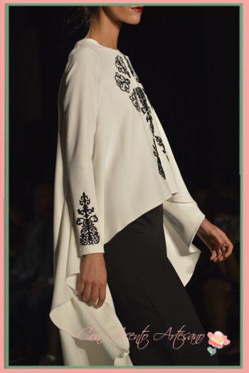 Cuerpo de doble largo con pasamanería a juego con falda larga negra de LaPaca Costura en Code41 Trending