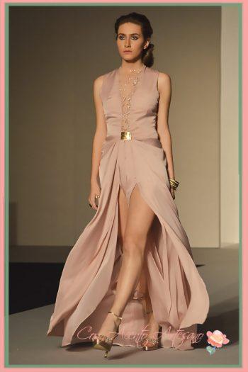 Vestido de noche con aberturas en la falda y transparencias en escote de Diego Recamales
