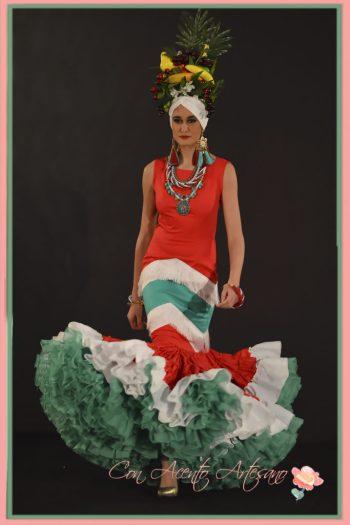 Traje de flamenca rojo, blanco y verde de Sergy Garrido en Emprende Lunares
