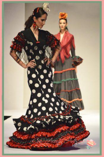 Traje de flamenca de luanres blancos sobre negro y rojo de Carmen Fitz