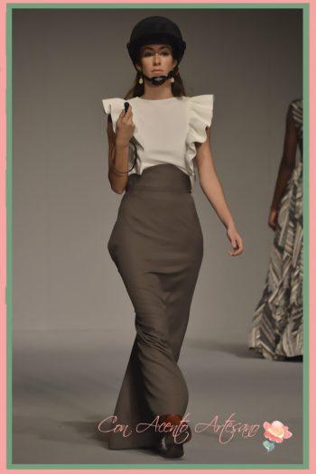 Blusa con volante al hombro a juego con falda amazona de talle alto de María Amador