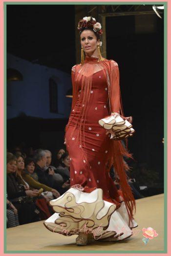 Traje de flamenca rojo de lunar blanco de Ángeles Verano
